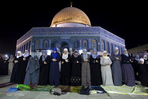 palestine women performing tarawih